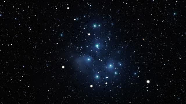 vídeos de stock, filmes e b-roll de viagem ao pleiades aberto star agrupamento (m45 - punhado