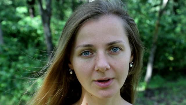 freude am sieg, sieg. emotionen mädchen (frauen). keine filter, kein make-up. - weißrussland stock-videos und b-roll-filmmaterial