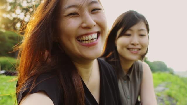 うれしそうなカップル撮影 selfies - セルフィー点の映像素材/bロール