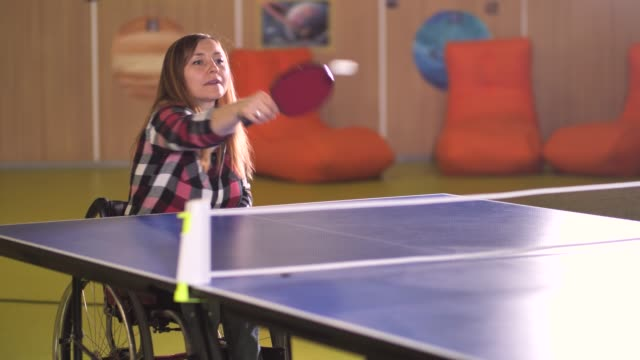 ゲーム中にvサインを示す喜びに満ちた障害のある女性 - disabilitycollection点の映像素材/bロール