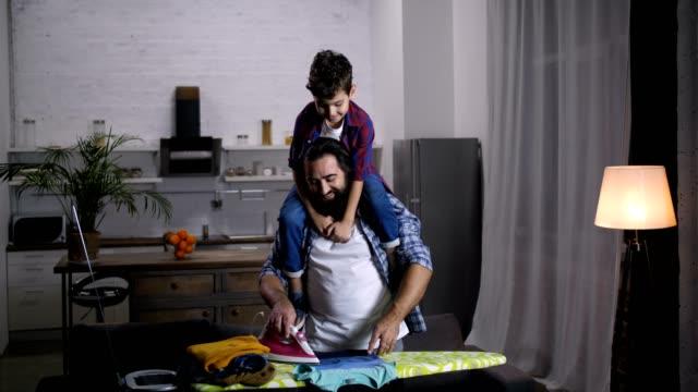 一緒に家事をしてうれしそうな家族 - 楽しい 洗濯点の映像素材/bロール