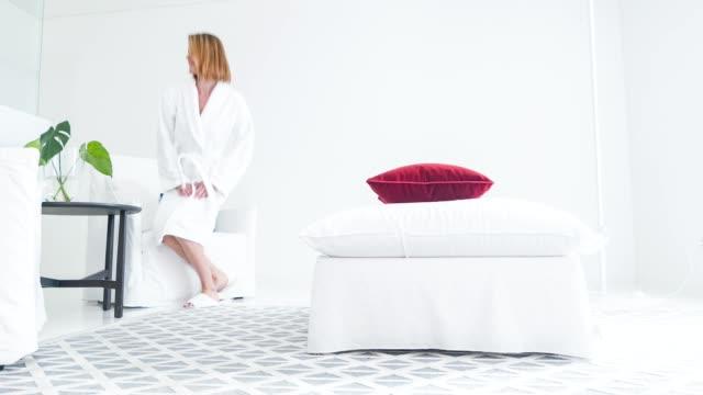Fröhliche Mädchen entspannend nach der Behandlung in Lounge-zone – Video