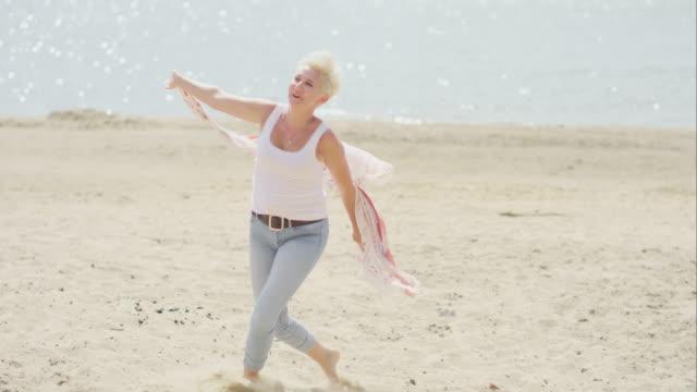 vidéos et rushes de joyeuse femme d'âge mûr souriant - femmes d'âge mûr