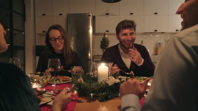 vidéos et rushes de moments de joie ensemble. - diner entre amis