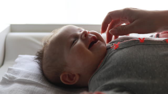 madre gioiosa e il suo bambino - carino video stock e b–roll