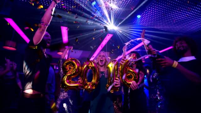 Alegre multiétnico Grupo de amigos juntos una celebración especial para la víspera de Año Nuevo - vídeo
