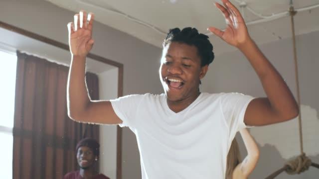 ダンスの動きを学ぶ喜びの黒人男性 - ダンススタジオ点の映像素材/bロール