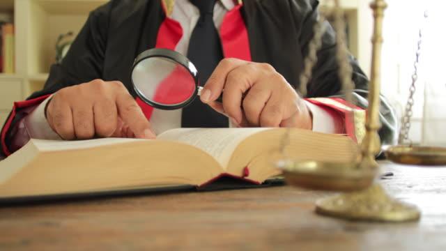 domare vid tingshusets skrivbord - lagbok bildbanksvideor och videomaterial från bakom kulisserna
