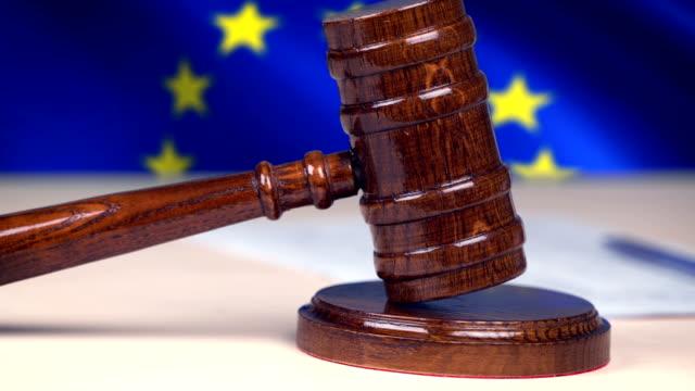 hammer hammer gegen die eu-flagge, europäische rechtssystem, gerechtigkeit, recht zu beurteilen - europäische union stock-videos und b-roll-filmmaterial
