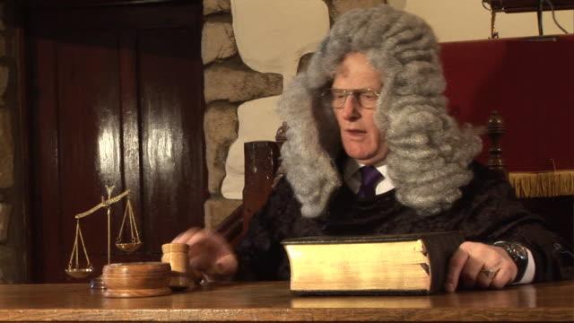 judge hitting gavel in  court  2 - hd & pal - peruk stok videoları ve detay görüntü çekimi