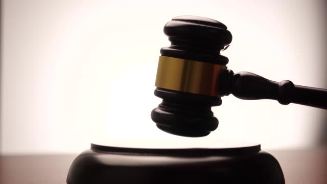 domare slår gavel i slow motion på vit bakgrund - dom bildbanksvideor och videomaterial från bakom kulisserna