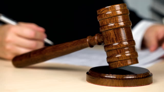 vídeos de stock, filmes e b-roll de juiz no tribunal, assinando papéis, lendo a decisão, golpeando o martelo, justiça - domínio