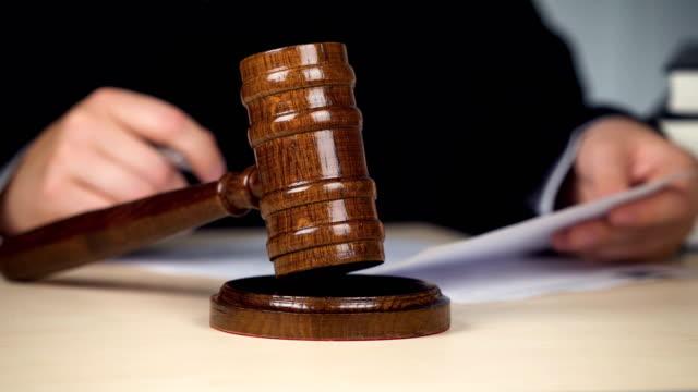 bedöma läsning beslut och slår klubban stäng förfarande, lag och ordning - domstol bildbanksvideor och videomaterial från bakom kulisserna