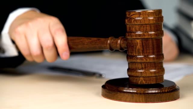 vídeos de stock, filmes e b-roll de julgar impressionante martelo uma vez, chamar a ordem ou atenção, justiça, tribunal - domínio