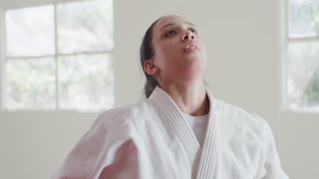 vídeos de stock, filmes e b-roll de judoca cansado e respirando após o treino - artes marciais