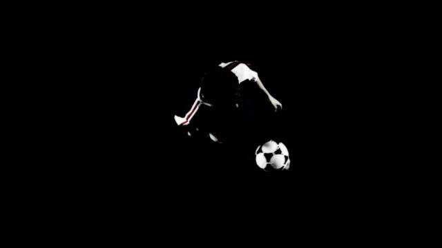jonglieren einen fußball ball. - geköpft stock-videos und b-roll-filmmaterial