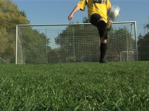 ジャグリングサッカーボール - サッカークラブ点の映像素材/bロール