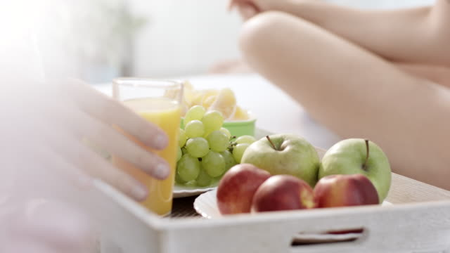 saft und obst zum frühstück - frühstück stock-videos und b-roll-filmmaterial
