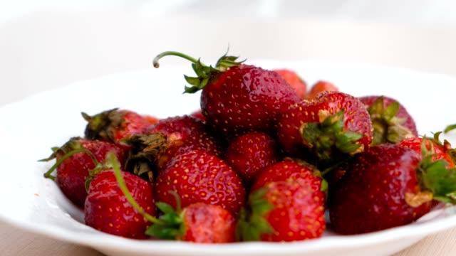 vídeos y material grabado en eventos de stock de jugoso apetitoso fresa sabrosa en un plato blanco. close-up. - cáliz objeto religioso