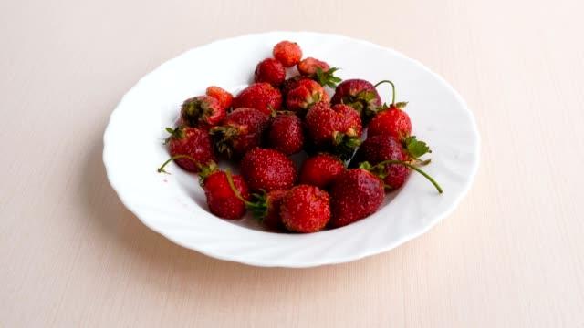 vídeos y material grabado en eventos de stock de jugoso apetitoso fresa sabrosa en un plato blanco. - cáliz objeto religioso