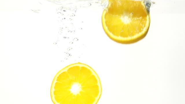 saftige zitrone und water splash in slowmotion - zitrone stock-videos und b-roll-filmmaterial