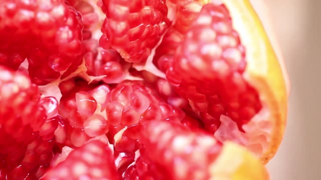 juicy seeds in opened pomegranate - succoso video stock e b–roll