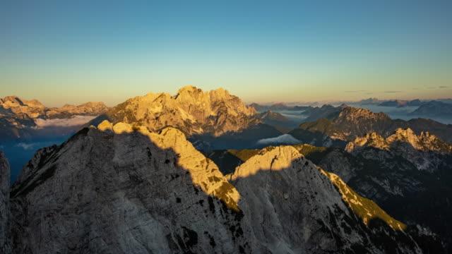 t/l juliska alperna vid sunrise - bergsrygg bildbanksvideor och videomaterial från bakom kulisserna