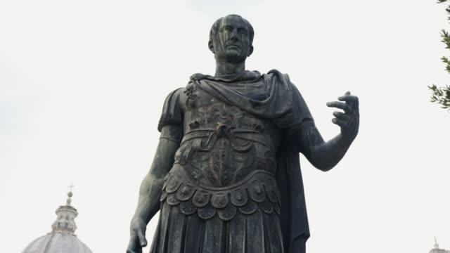 ローマのローマ、イタリアでユリウス ・ カエサルの像。在庫があります。ユリウス ・ カエサルの像のビデオ ビデオ