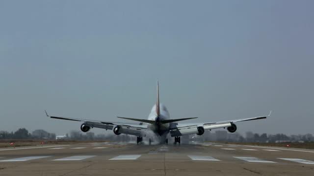 vídeos de stock, filmes e b-roll de jumbojet avião pousando - avião