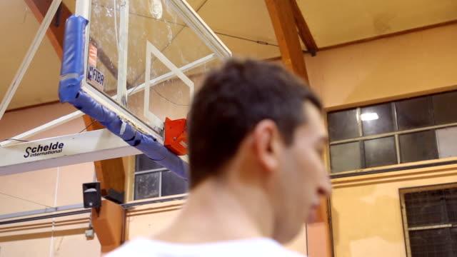 vídeos de stock e filmes b-roll de jump for the ball - liga desportiva