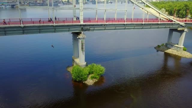 jumper rocks under the bridge - банджи джампинг стоковые видео и кадры b-roll