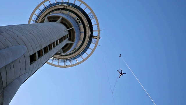 salto da skytower - bungee jumping video stock e b–roll