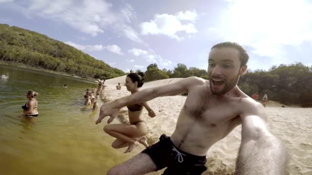 vídeos de stock, filmes e b-roll de saltar no lago wayne - blogar