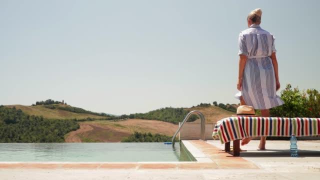 vídeos de stock e filmes b-roll de jumping into swimming pool fully clothed - mulher deixar ir
