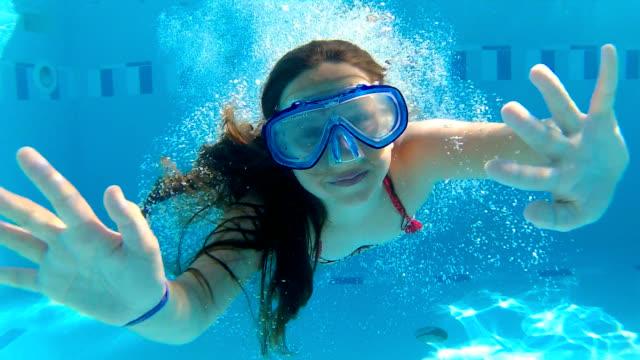 stockvideo's en b-roll-footage met springen in het zwembad - swimmingpool kids