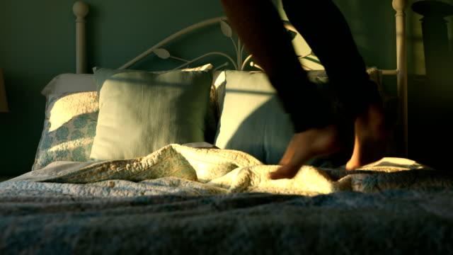 vídeos de stock e filmes b-roll de jumping on bed - edredão