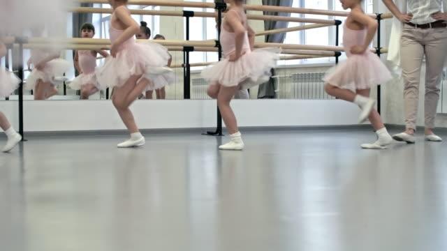 ウォーム アップ ダンス スタジオ ジャンプ - チュール生地点の映像素材/bロール