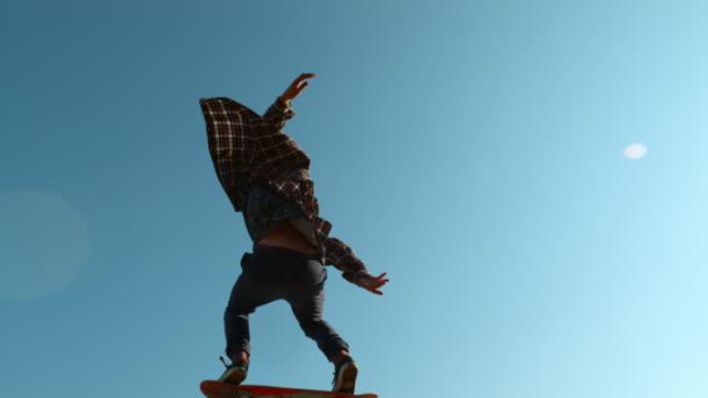 スケートボード、ウルトラスローモーションでジャンプ - スケートボード点の映像素材/bロール