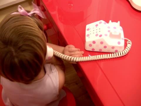 vídeos y material grabado en eventos de stock de habitación ejecutiva júnior teléfono habilidades; niño conversaciones por teléfono de juguete - agente de viajes