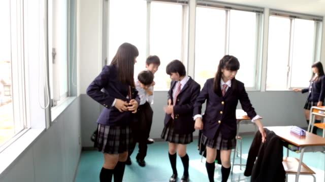 stockvideo's en b-roll-footage met junior high studenten van een gratis idee - schooljongen