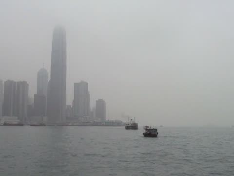 vídeos de stock e filmes b-roll de junk e balsa star no porto de hong kong - embarcação comercial