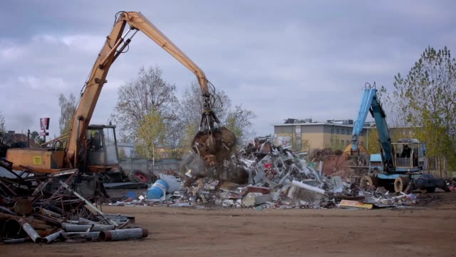 Junkyard cranes video