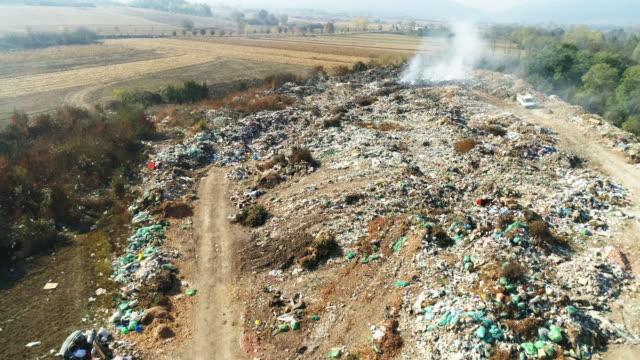 junkyard på brand från flygfoto - food waste bildbanksvideor och videomaterial från bakom kulisserna