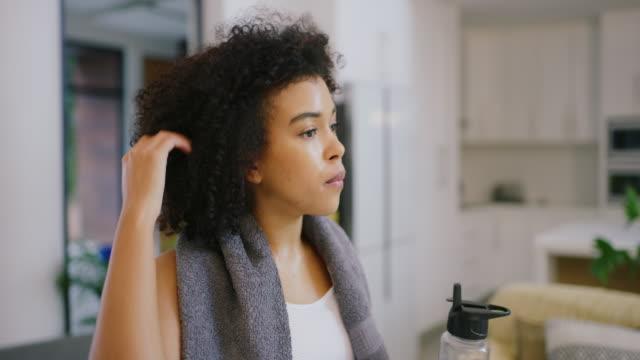 bara måste hämta andan igen - black woman towel workout bildbanksvideor och videomaterial från bakom kulisserna