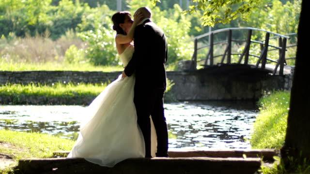 appena sposata coppia  - young couple wedding friends video stock e b–roll