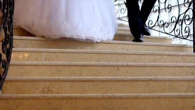 vídeos y material grabado en eventos de stock de sólo matrimonio caminando por - novio relación humana