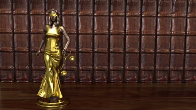 vídeos y material grabado en eventos de stock de la diosa de la justicia se levanta sobre el pedestal, themis, femida con escamas y una espada en sus manos. renderizado 3d. - civil rights