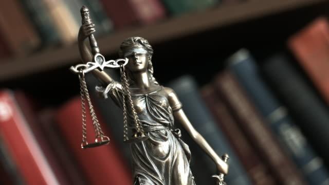 rättvisa fjäll med bokar - lagbok bildbanksvideor och videomaterial från bakom kulisserna