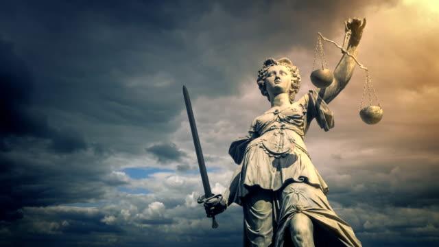 vídeos de stock, filmes e b-roll de estátua da justiça no brilho do sol - domínio
