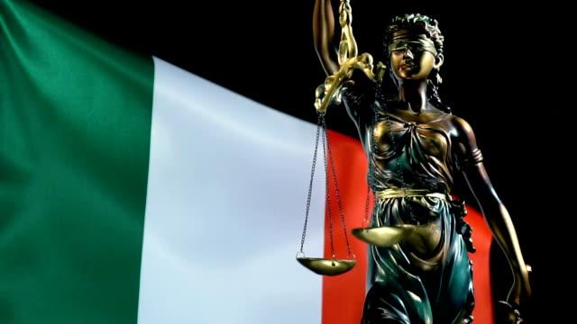 italyan bayrağı ile adalet heykeli - vatikan şehir devleti stok videoları ve detay görüntü çekimi